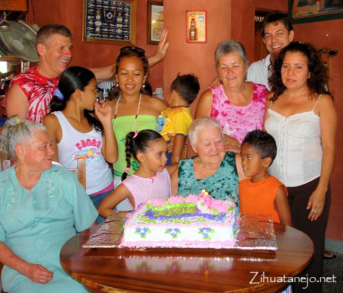 Lorene Winger celebrating her 82nd birthday with friends in Zihuatanejo